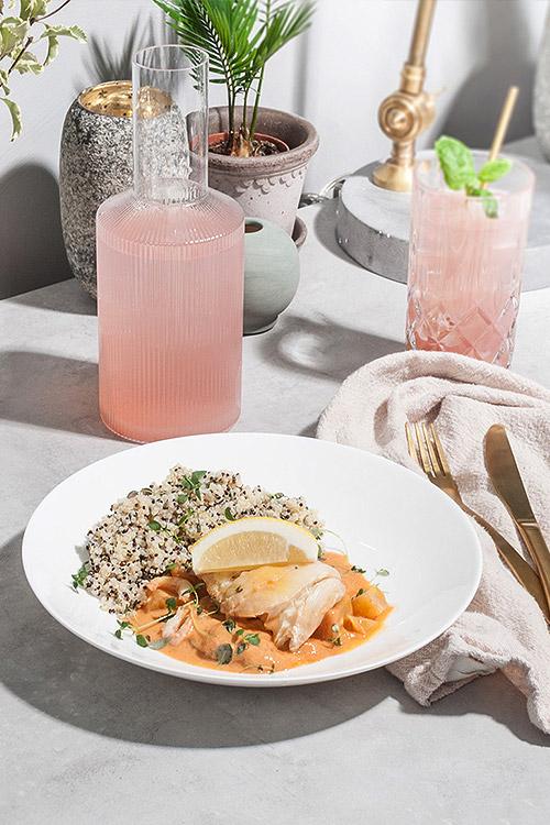Torsk med bouillabaissesås och räkor serveras med quinoa.