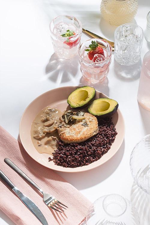 Jordärtkocksbiff med svampsås och svartris.