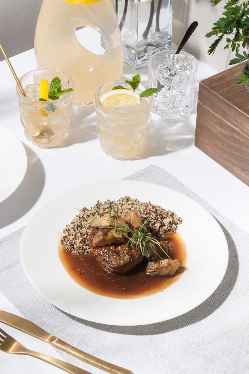 Chilibiff med kronärtskocka och rödvinssås serveras med quinoa.