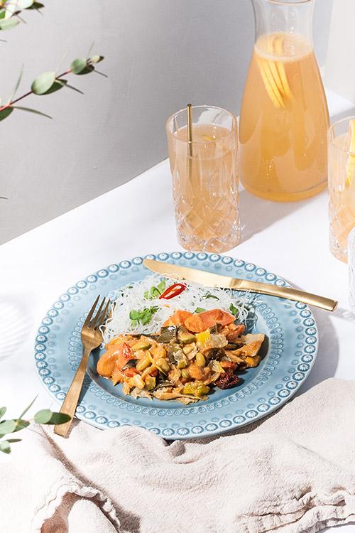 Krispiga grönsaker med tandoorisås och glasnudlar.