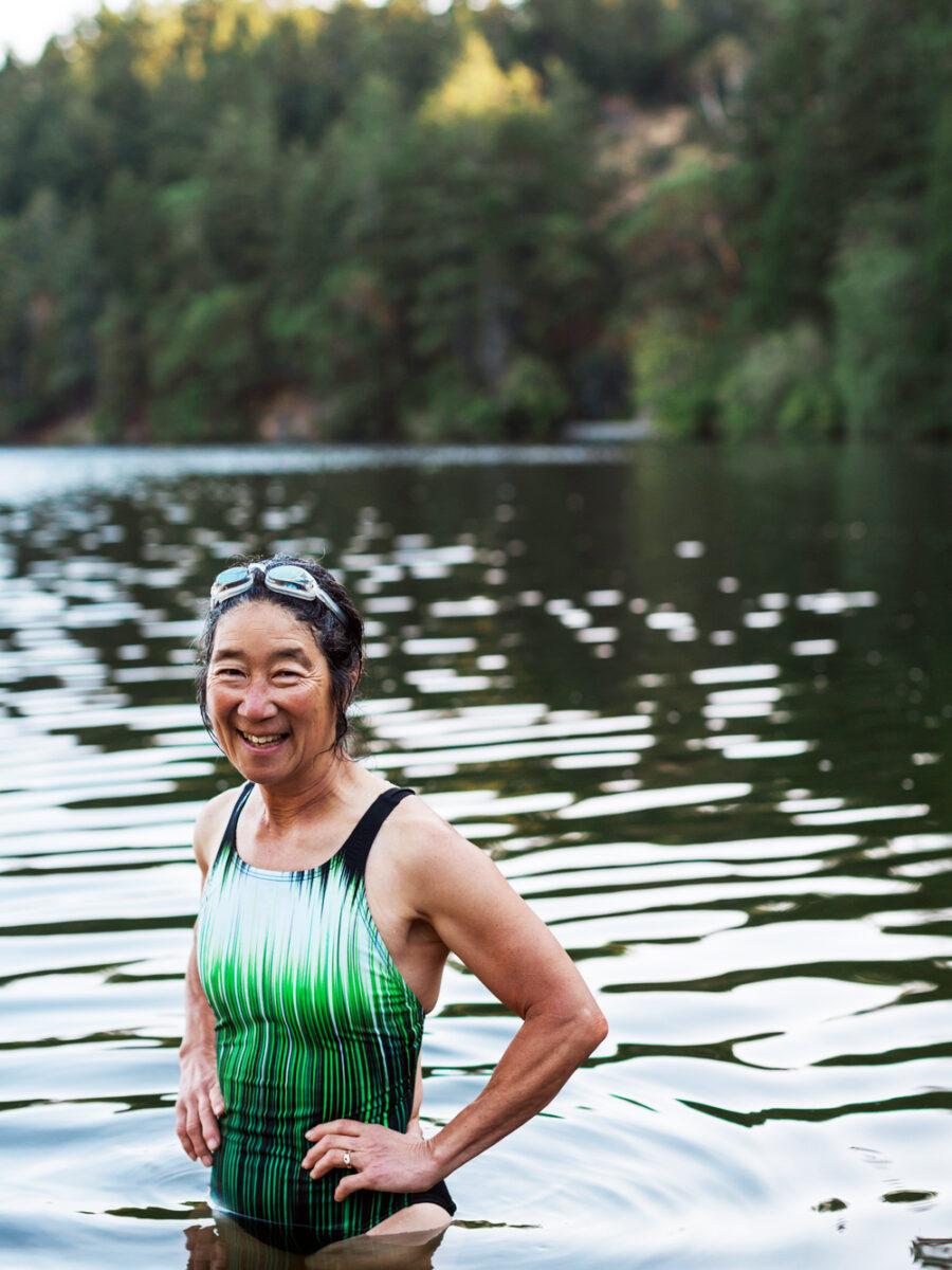 Stark kvinna badar.